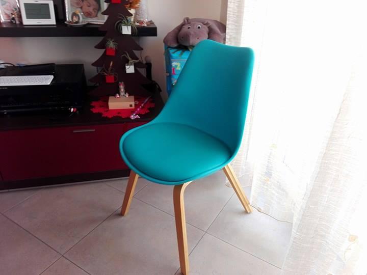 la sedia di design la mia tulipano blu a spasso con bea